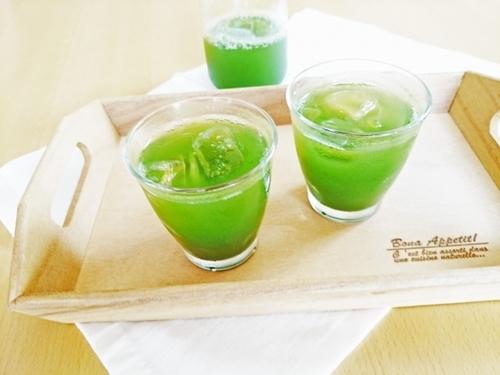 健康家族の青汁をグラスに注いでいる